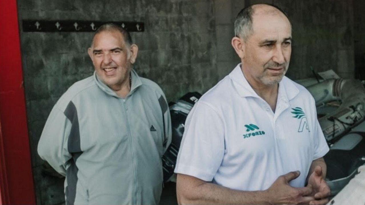 Ángel, a la izquierda, junto al presidente del Club de Remo Cabo da Cruz