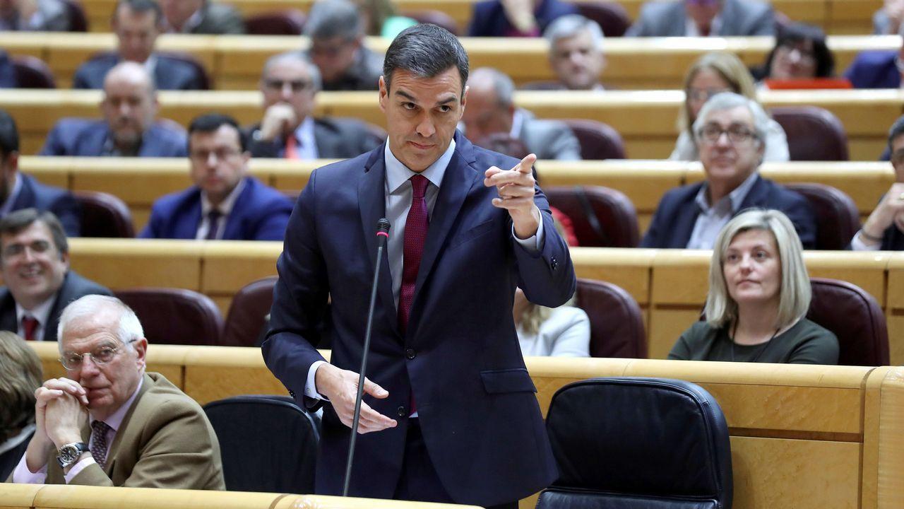 La oposición cuestiona los resultados del CIS.Pedro Sánchez mantuvo el último enfrentamiento de la legislatura con el portavoz del PP en el Senado, Ignacio Cosidó