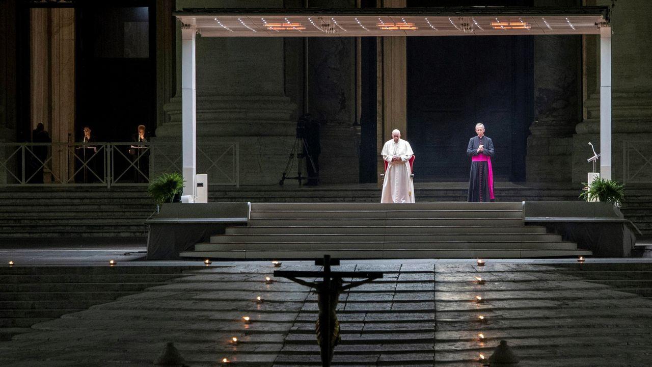 El Papa presidió el Via Crucis en una Plaza de San Pedro vacía