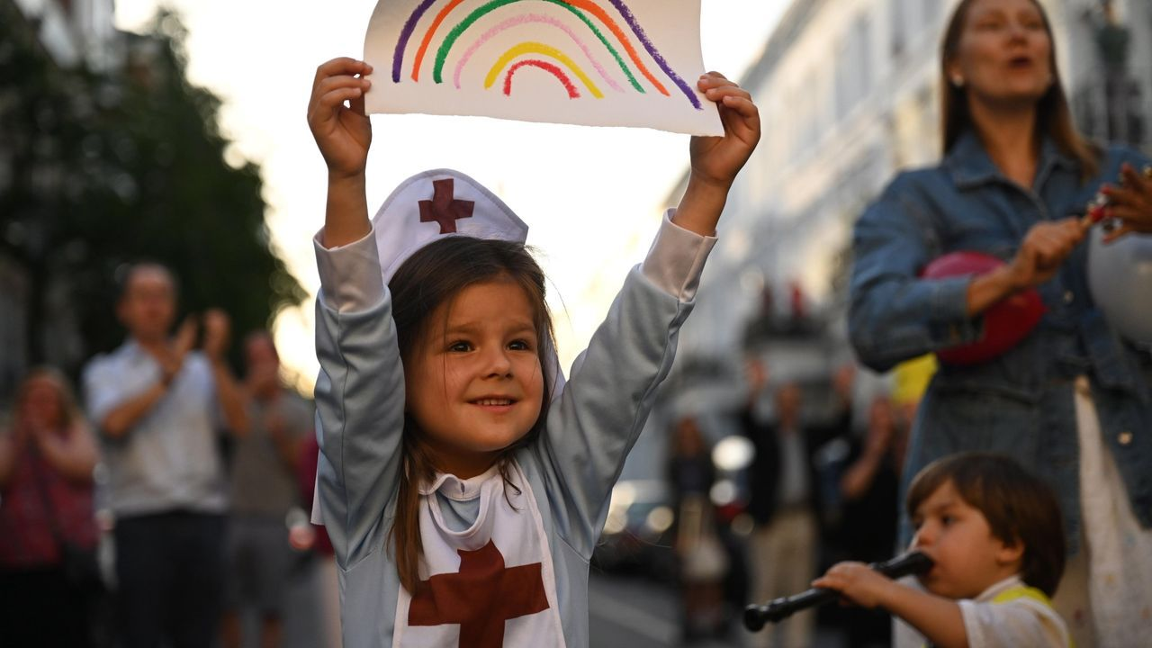 Una niña participa en los aplausos a los sanitarios en Londres
