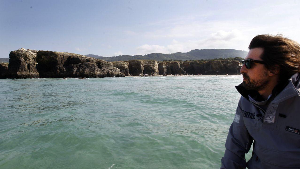 Y el mar se abrió paso en el Obradoiro.Bañistas en la playa asturiana de San Martín, en Llanes