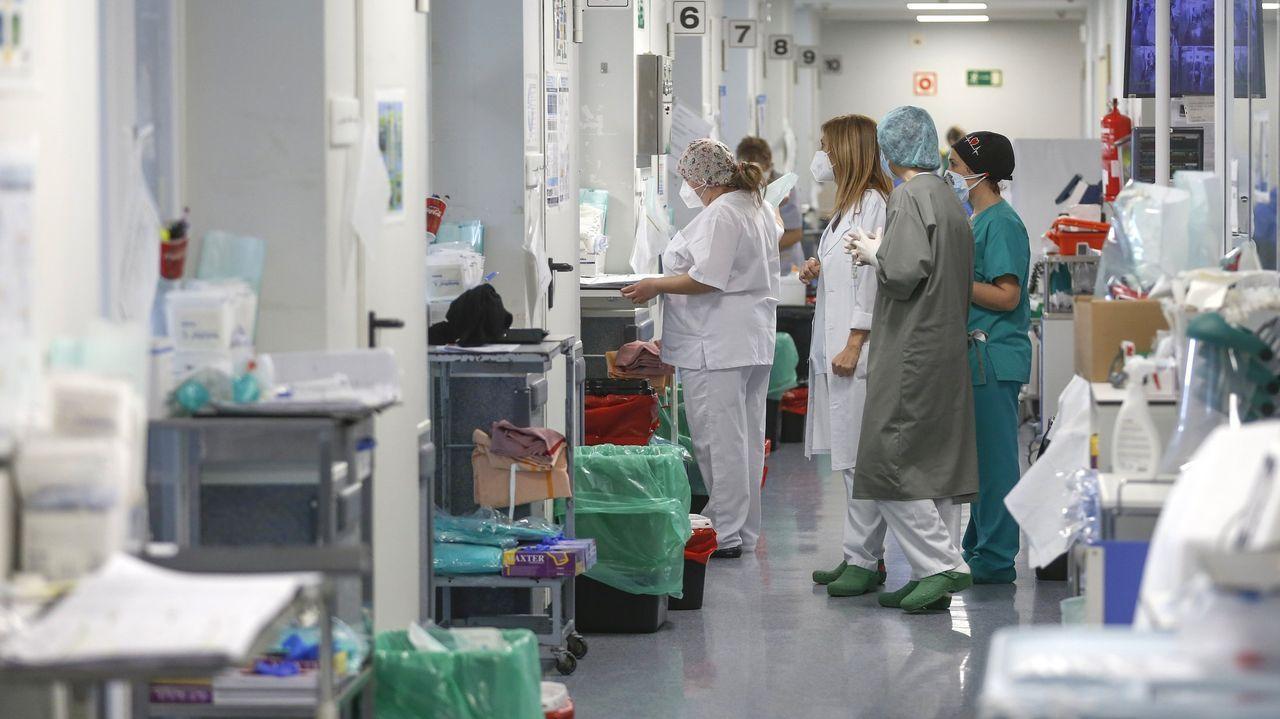La vacunación masiva arranca en Santiago con aglomeraciones.Los sanitarios agradecieron el apoyo de estos meses emocionados tras firmar el acuerdo