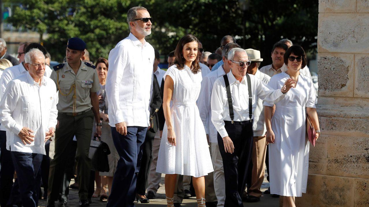 Los reyes, el ministro de Asuntos Exteriores, Josep Borrell (a la izquierda) y el historiador Eusebio Leal (segundo por la derecha), durante el recorrido realizado por La Habana Vieja