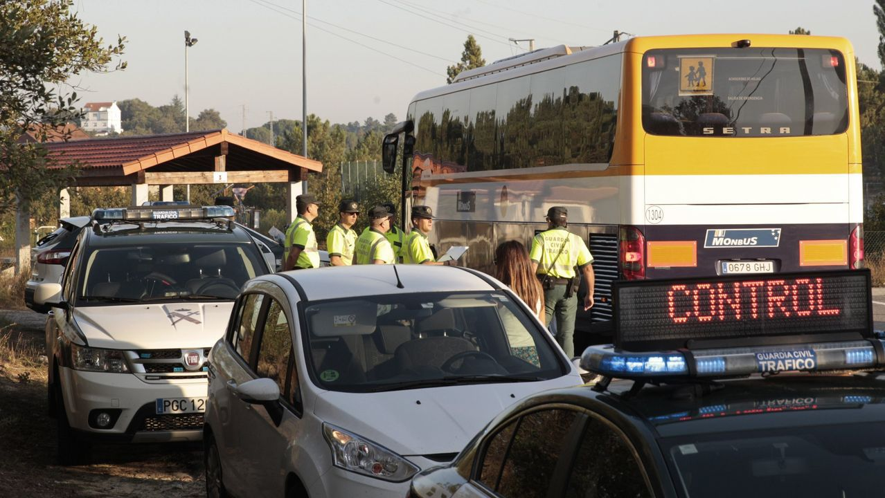 Imagen de un control de la Guardia Civil a autobuses escolares en la provincia de Ourense