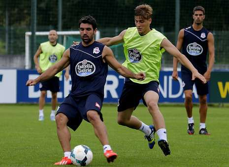 Wilk trata de arrebatar el balón a Culio mientras Juan Domínguez sigue el lance en un entrenamiento del Dépor.