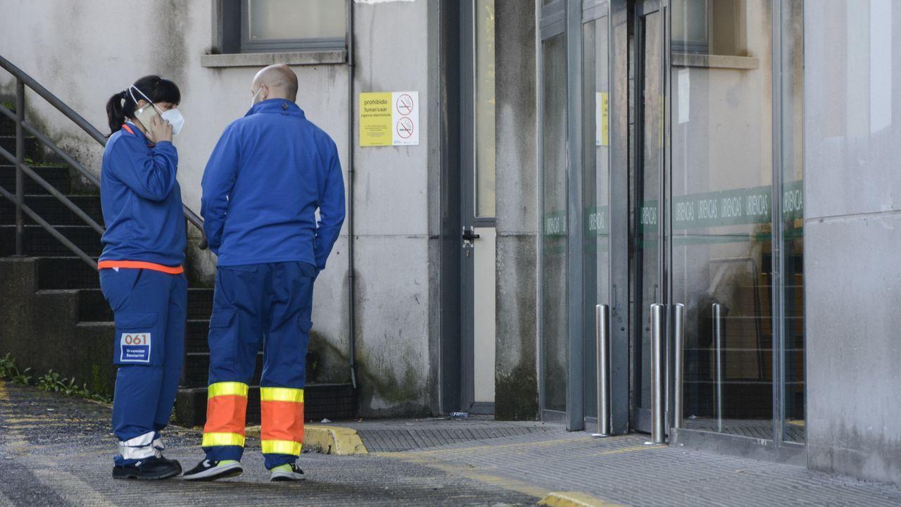 Dos técnicos en emergencias sanitarias (TES), en la entrada del servicio de urgencias del Hospital Montecelo, en Pontevedra