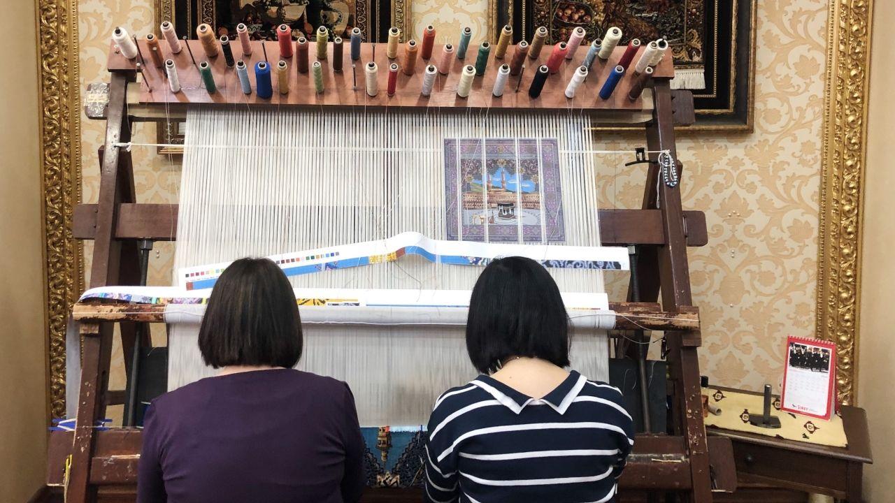 Concentración en La Escandalera para reclamar el mantenimiento del color arcoiris en los bancos de la plaza