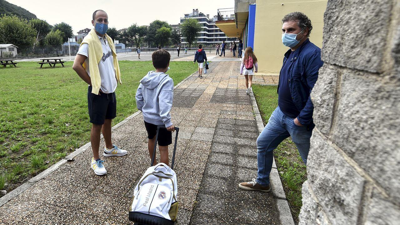 Varios alumnos y sus padres acuden al CEIP. R.Macías Picavea, en la localidad cántabra de Santoña.