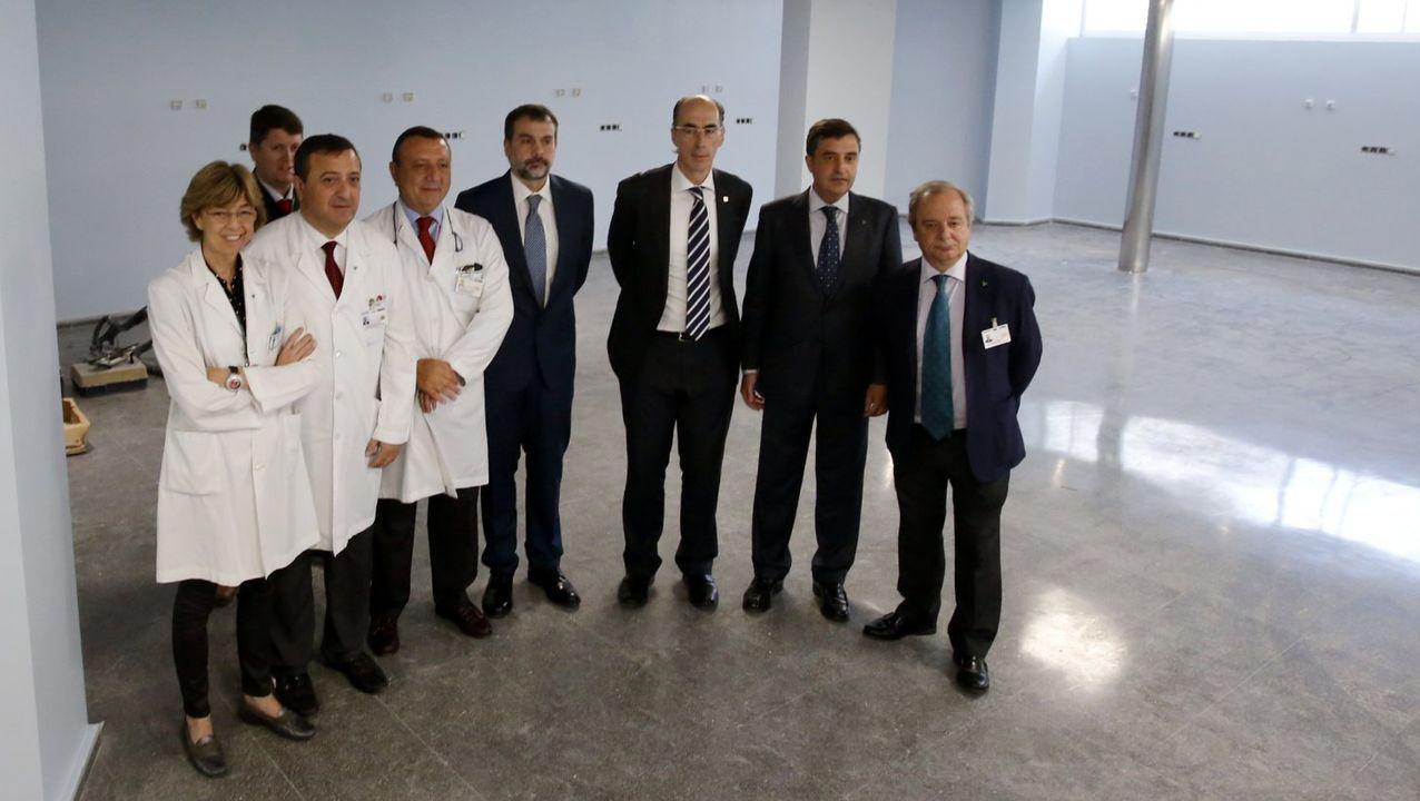 La dirección de Povisa con el conselleiro Almuiña, hace cuatro años. Geremías es el cuarto por la izquierda