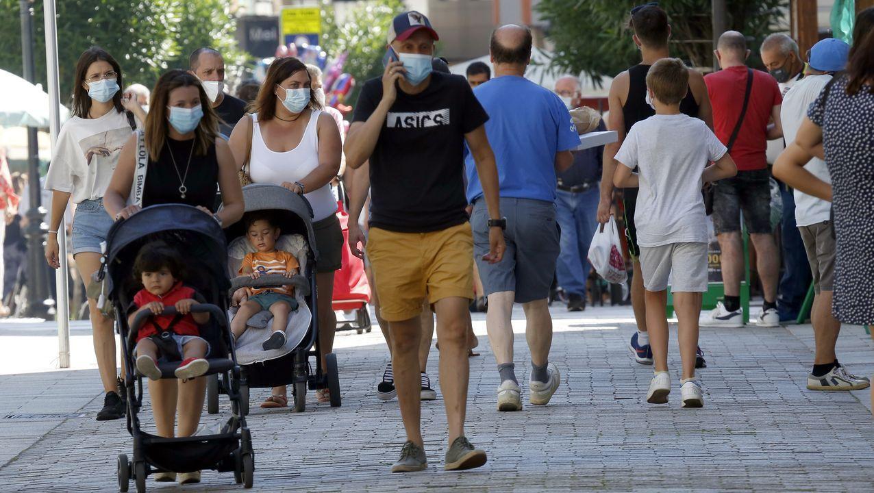 Imagen de la calle peatonal de Boiro, municipio que ha pasado de 204 a 113 casos activos en una semana.