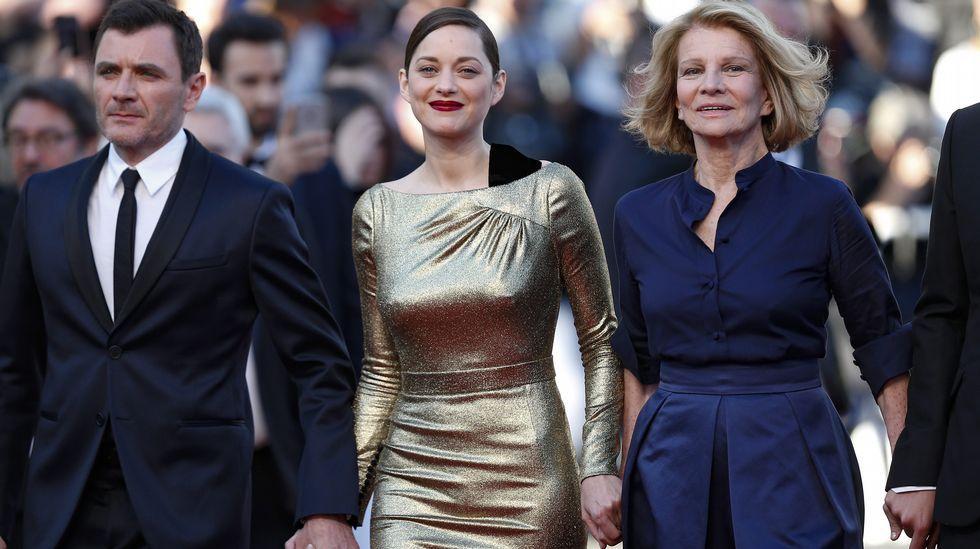 El elenco de «Julieta» se pasea por Cannes.El actor Alex Brendemuhl, la actriz Marion Cotillard y la directora francesa Nicole Garcia, que firma «Mal de pierres»