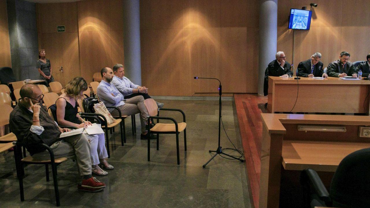 La Audiencia Provincial ha retomado este lunes el juicio del caso Niemeyer que entra en su recta final tras cinco meses en los que se han escuchado casi un centenar de declaraciones testificales y periciales. En la foto, el exdirector del Centro Niemeyer, Natalio Grueso; su exesposa Judit Pereiro; el exdirector de producción, Marc Martí; y el exempleado de Viajes ECI José María Vigil