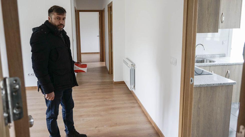 Así son los pisos que Cualedro alquila por 50 euros al mes.Mercedes Vázquez y la edila de Cultura, Emilia Somoza, inauguraron la exposición en Verín