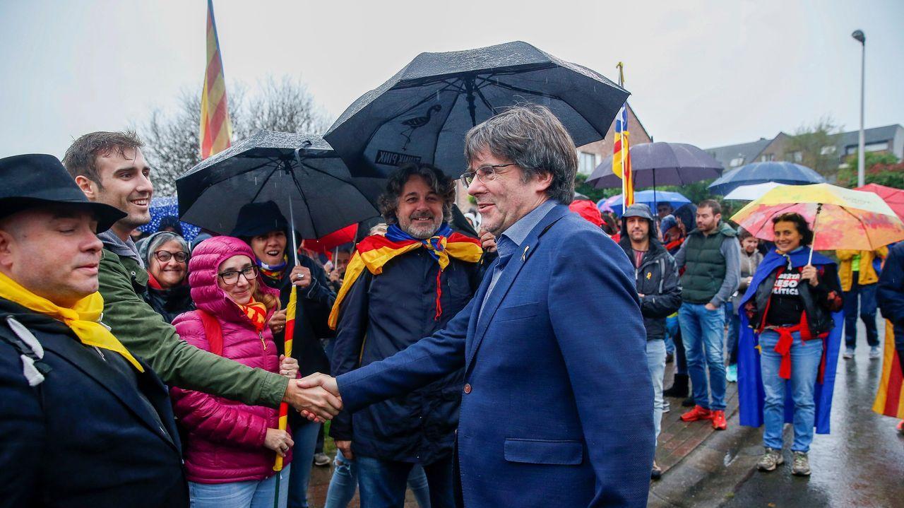 Policías de la UIP de A Coruña fueron recibidos por más de 200 personas.Puigdemont, en un acto de protesta convocado este domingo en su residencia en la localidad belga de Waterloo