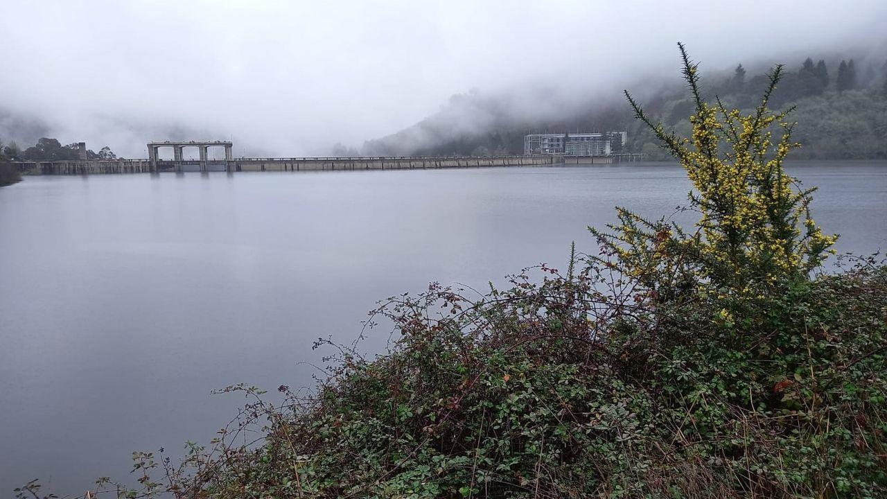Una vista posterior del muro de la presa de Belesar muestra el nivel que ha alcanzado el agua almacenada en el embalse