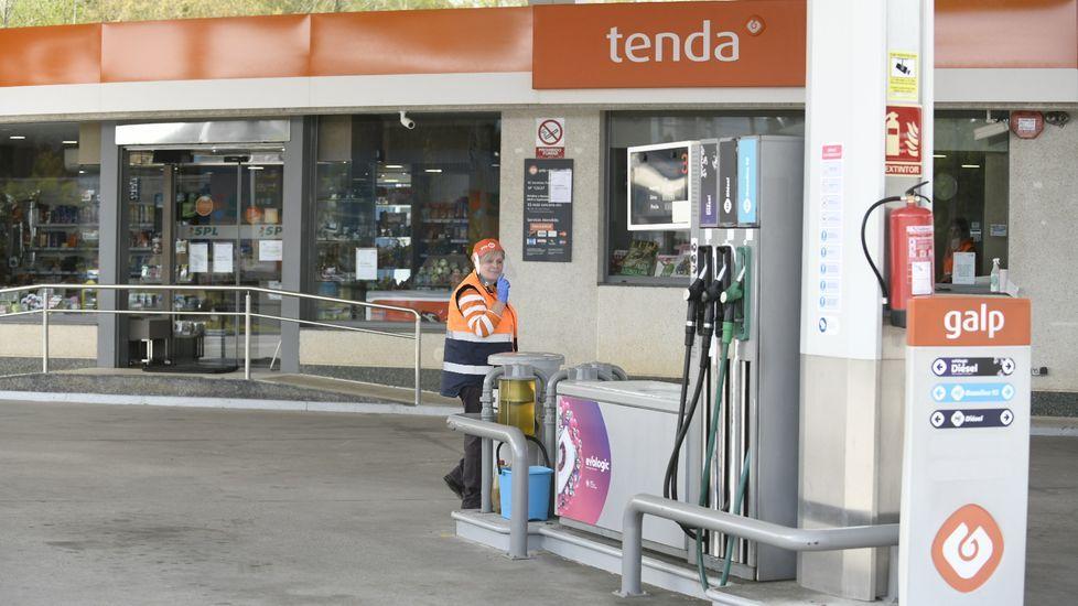 Numerosas personas esperan para acceder a un supermercado hoy martes en la plaza del Fontán, de Oviedo