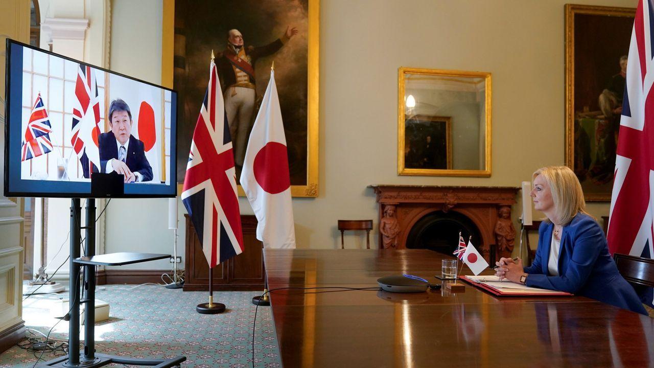 La marea negra tiñe la costa deisla Mauricio.La ministra de Comercio Internacional, Lizz Truss habla con el ministro de Exteriores nipón, Toshimitsu Motegi