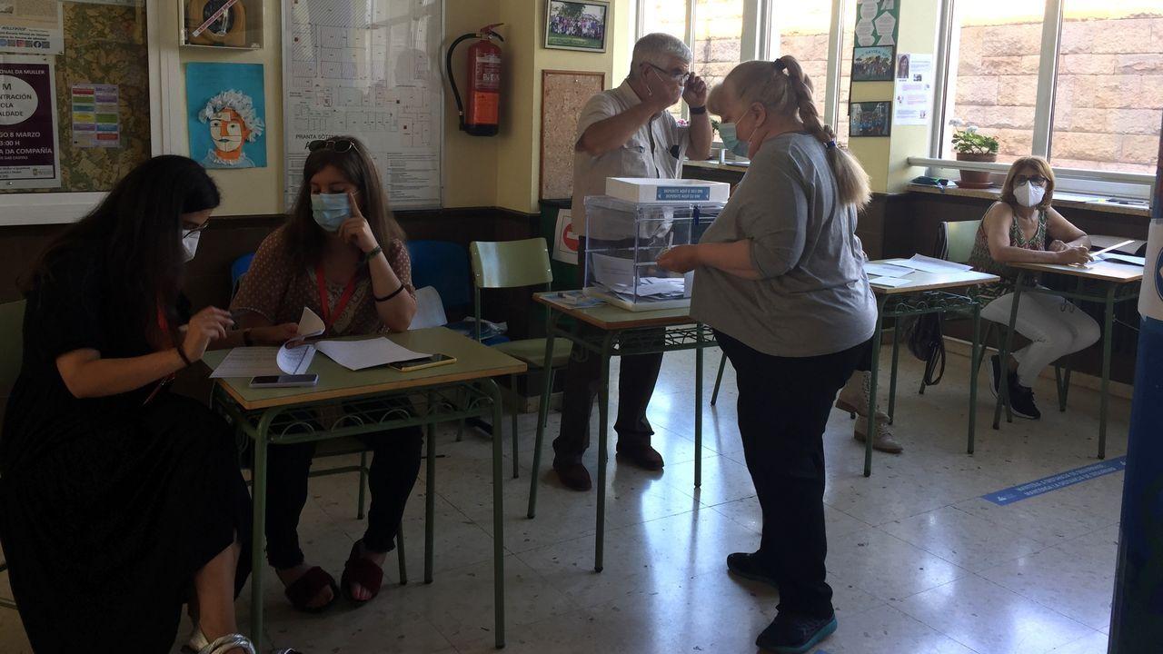 Un momento de la votaciones en una mesa instalada en el instituto Daviña Rey de Monforte