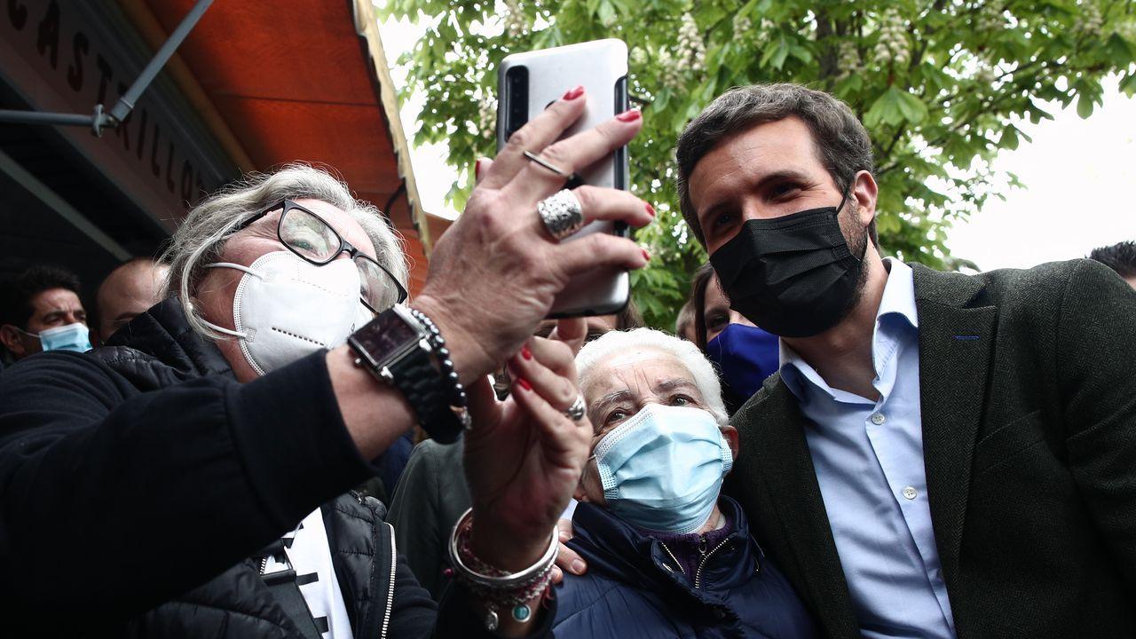 Calvo insiste en rechazar el plan B jurídico del PP: «Este Gobierno no quiere nada en B».El líder del PP, Pablo Casado, se hace una fotografía durante una visita a las casetas de la Cuesta de Moyano con motivo del Día del Libro, en Madrid