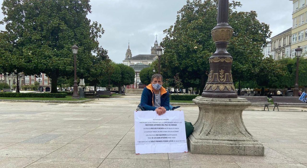 Juan Carlos empezó este jueves una huelga de hambre en la Praza Maior