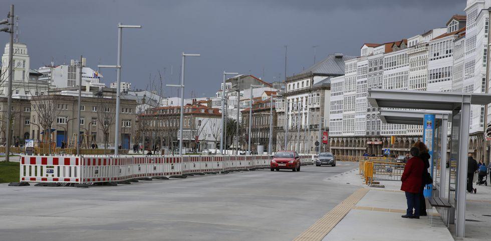 La nueva explanada de La Marina, donde ayer continuaban las vallas y los coches, se abrió al público en junio del 2014.