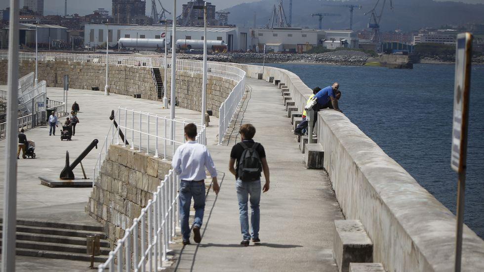 Jóvenes pasean por Gijón