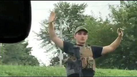 Las carrozas hacen brillar Valdesoto.Un joven de unos 20 años llegó al establecimiento con un fusil de asalto, unos 100 cartuchos de munición y con equipamiento militar