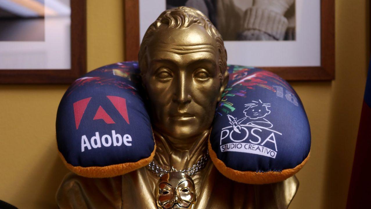 Publicidad de la compañía estadounidense sobre una estatua de Simón Bolívar en un estudio de fotografía en Caracas