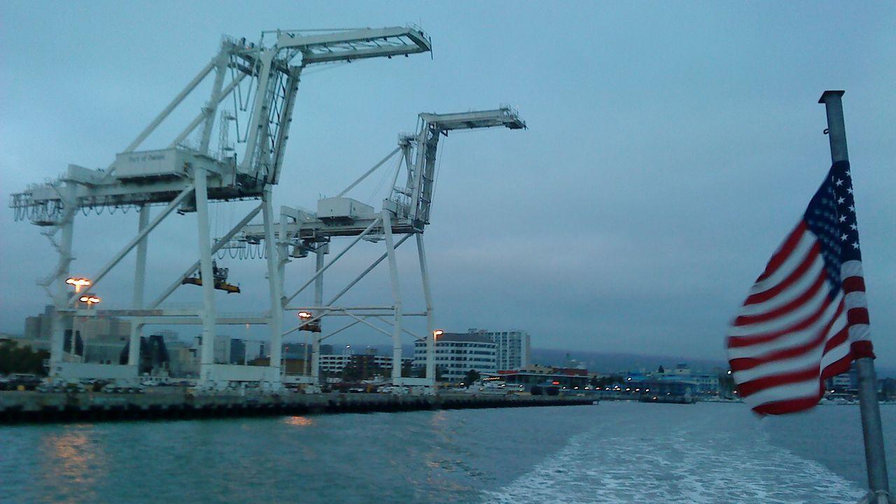 Grúas en el puerto de portacontenedores gigantes de Oakland, en la bahía de San Francisco