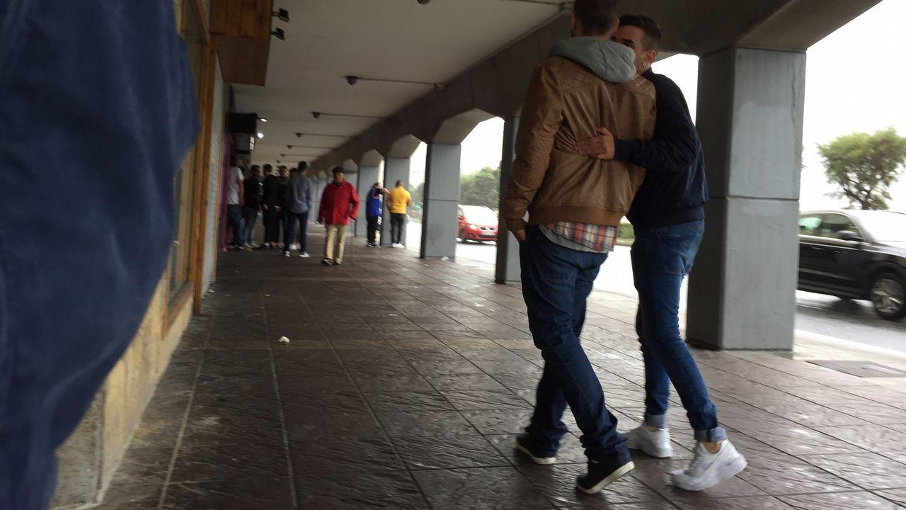 Os Blancos aprueba entre reproches el trasvase de servicios a la Diputación.12.45 horas. Exterior de un hostelero en el paseo marítimo