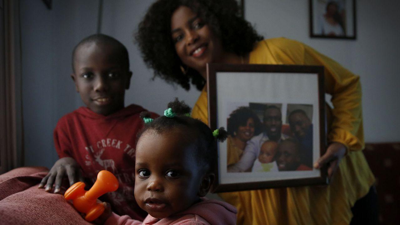 Muere un mantero de un paro cardiaco en Lavapiés.Miembros de la asociación de Avimun preparan oganizan las cajas de donaciones con destino a Senegal