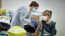 Primeras vacunaciones en Gerona de farmacéuticos y fisioterapeutas con dosis de AstraZeneca