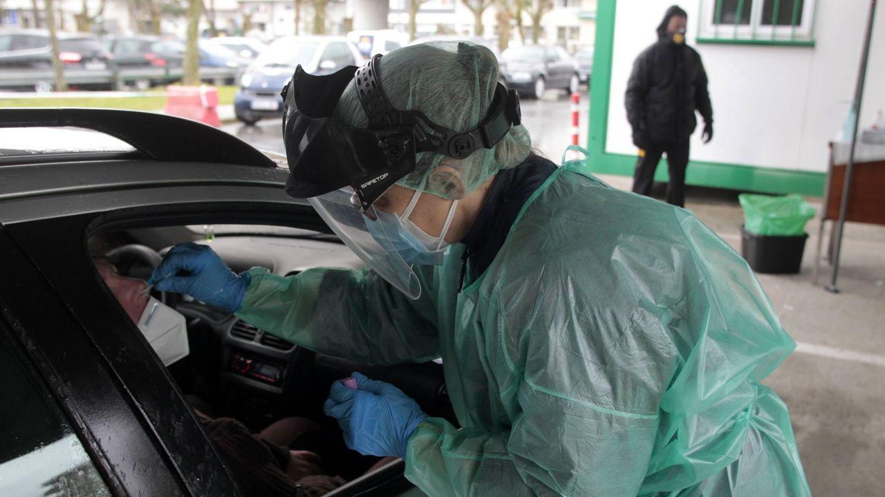 Toma de muestras para realización de pruebas PCR en el aparcamiento del hospital de Monforte, en una imagen de archivo