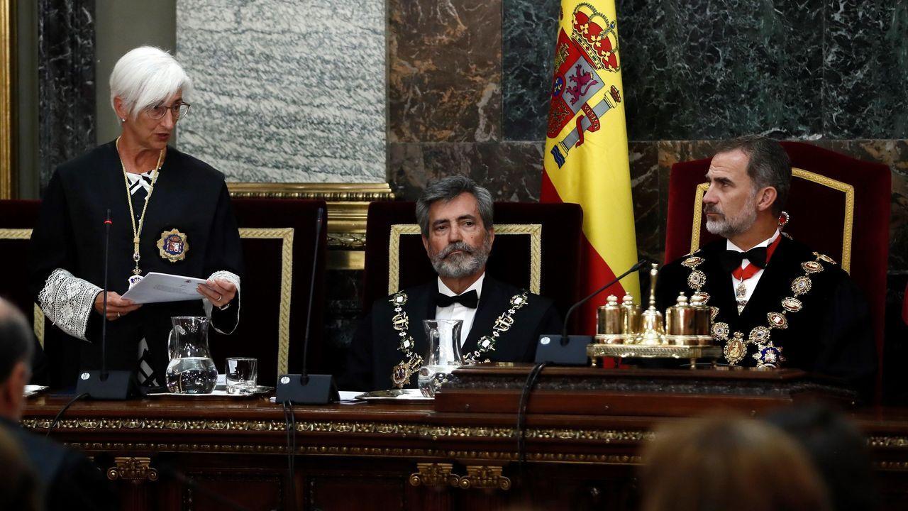 El rey Felipe VI, junto al presidente del Consejo General del Poder Judicial (CGPJ), Carlos Lesmes, escucha la intervención de la fiscala general del Estado, María José Segarra, en el acto de apertura del año judicial