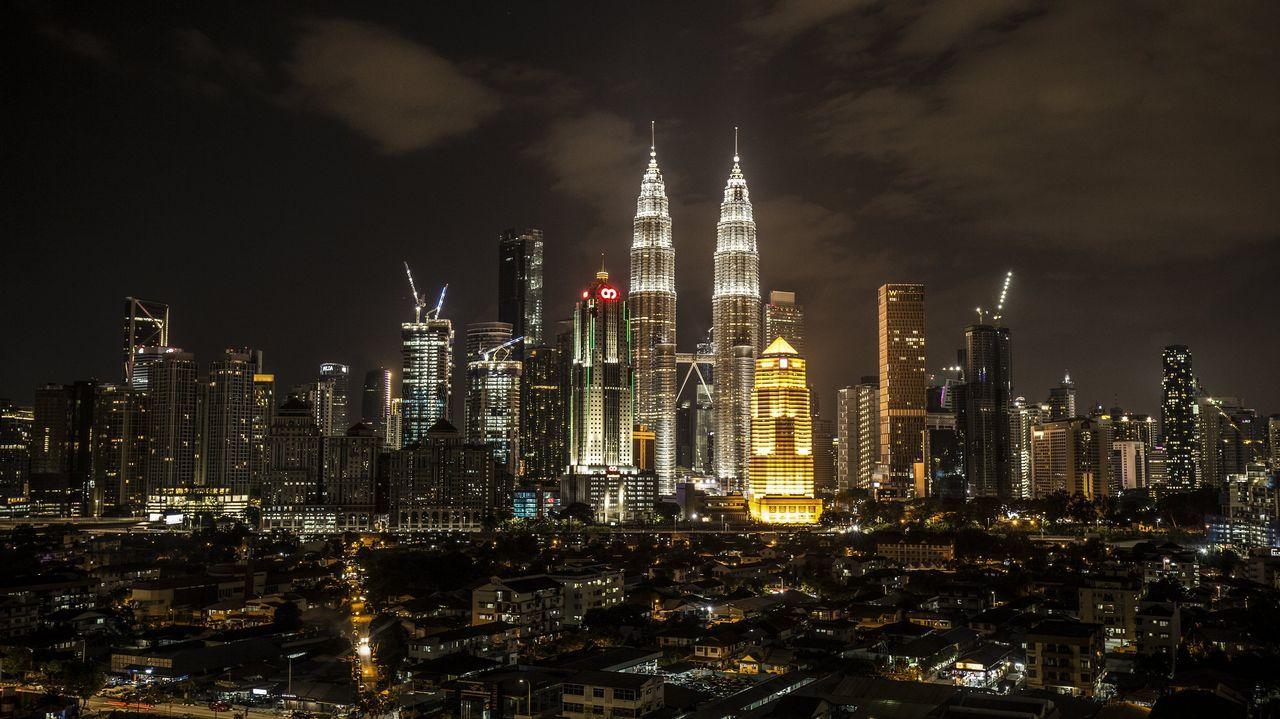 Las torres Petronas, en Kuala Lumpur (Malasia), antes del apagado de las luces