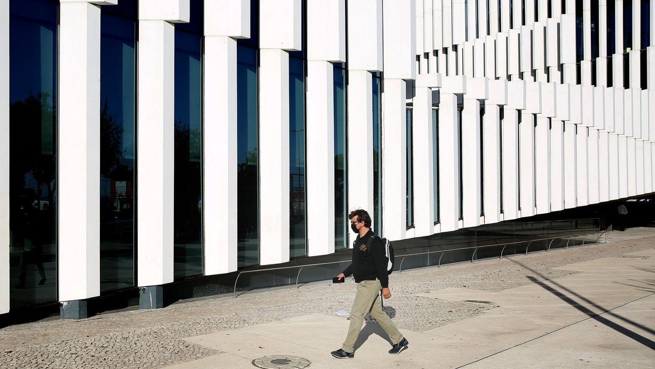 Un hombre pasea por Lisboa