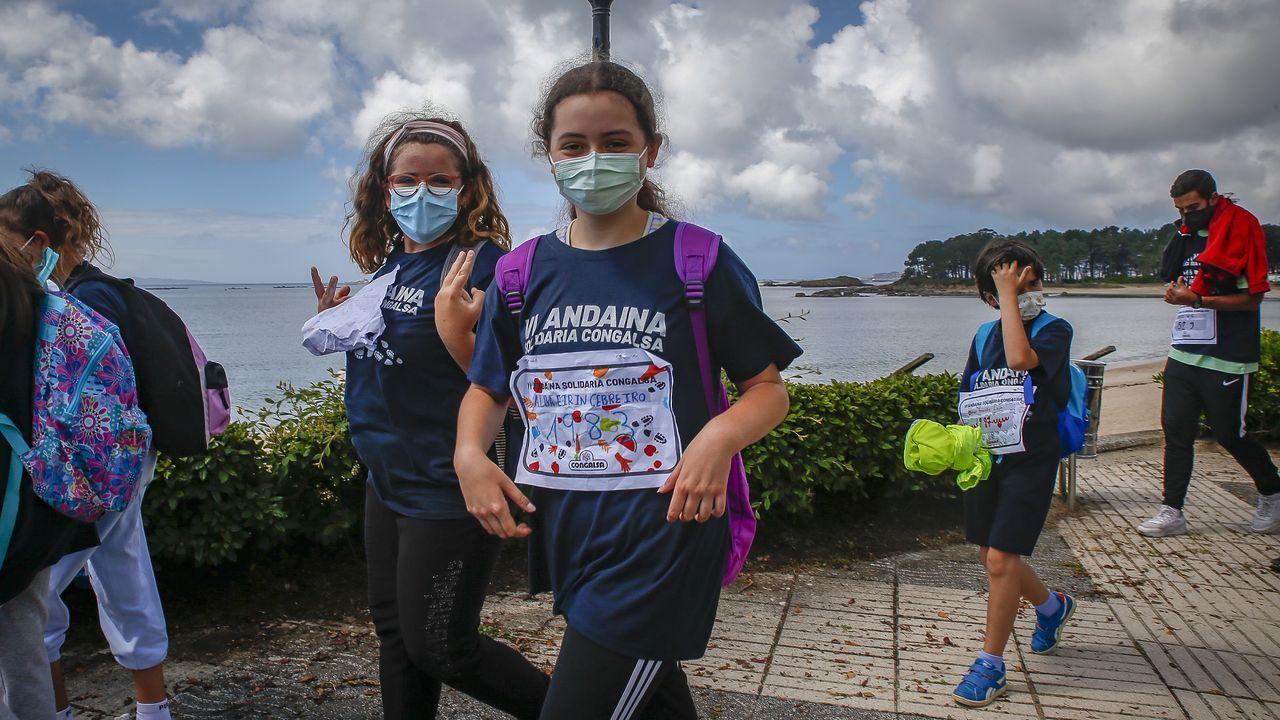 Alumnos del Pilar Maestú se suman a la marcha.Unas mujeres pasean por A Pobra, uno de los ocho concellos de Barbanza que están libres de covid