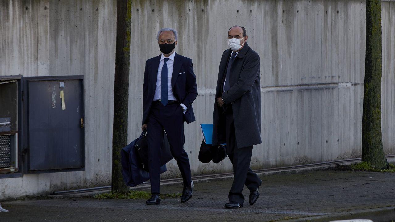 El abogado del PP, Jesús Santos (izquierda), a su llegada al juicio por la presunta caja B del partido