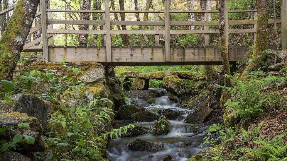 Un viejo puente de piedra junto a otro de madera, de construcción mucho más reciente