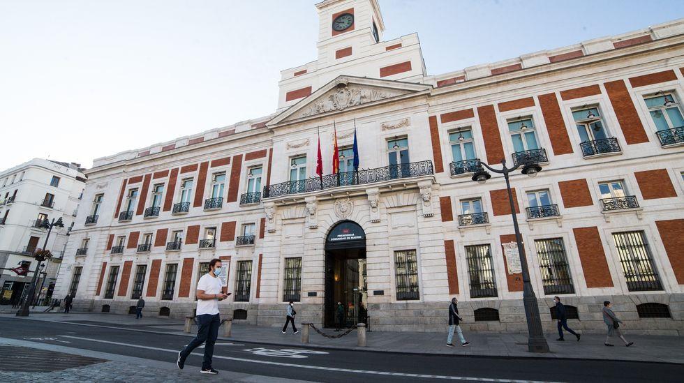 José Manuel Castro y Marta Eugenia, fundadores del emblemático restaurante catalán Santiaguiño, delante del negocio de comida rápida que todavía regentan