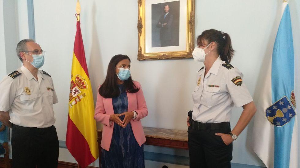Mónica Gutiérrez, a la derecha, con la subdelegada del Gobierno y el comisario jefe provincial