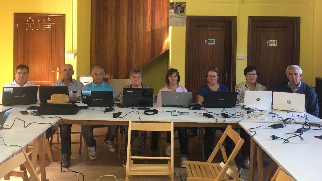 Alumnos en clase de Informática en la antigua escuela deMomán (Xermade), en foto de archivo