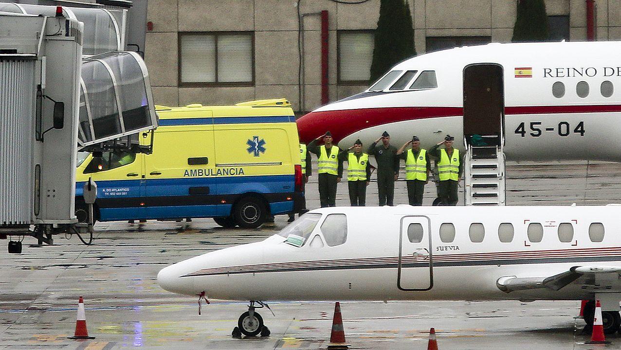 Llegada del avión medicalizado del Ejército del Aire al aeropuerto de Vigo con el agente Iván Álvarez, el pasado día 31