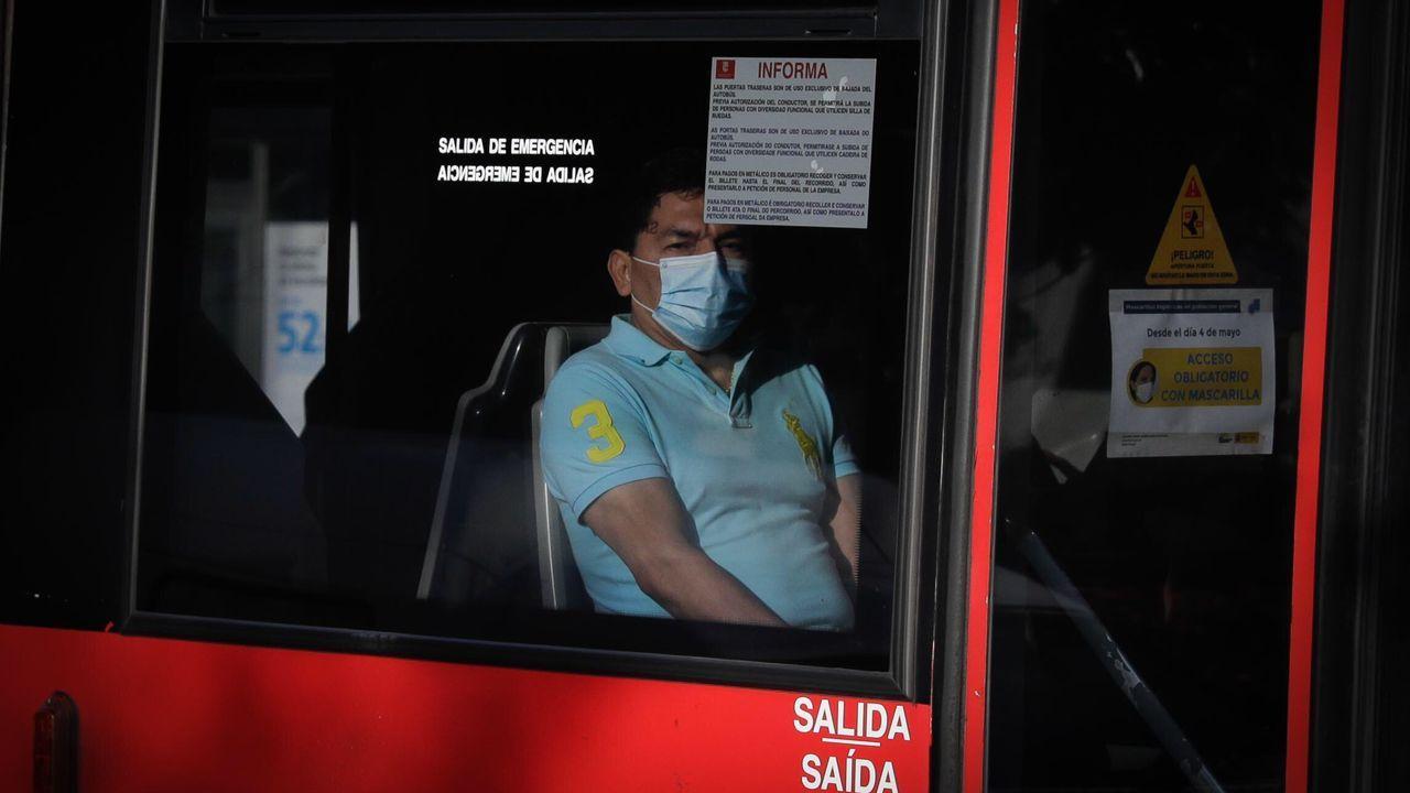 Personas con masacarilla por las calles de A Coruña