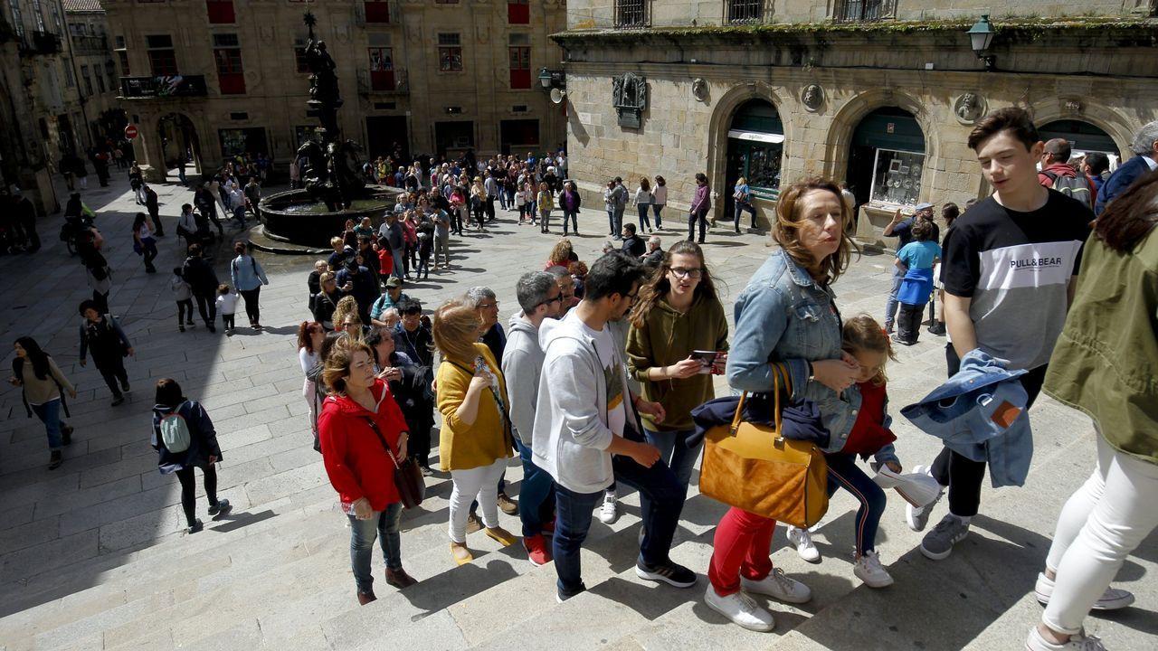 Turistas, a la espera de entrar en la catedral de Santiago, en la puerta de Praterías