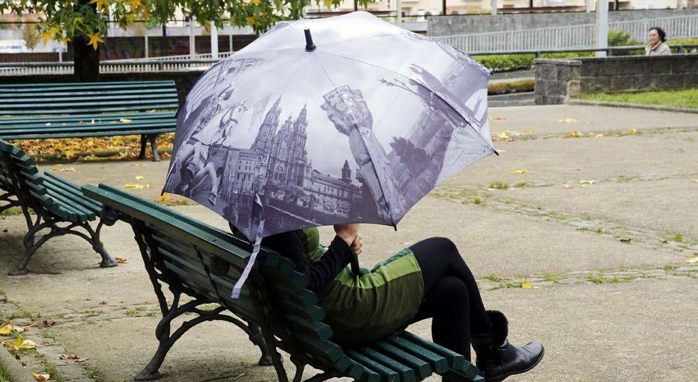 Los tonos grisáceos del paraguas recuerdan a los días lluviosos en los que podrá utilizarse.