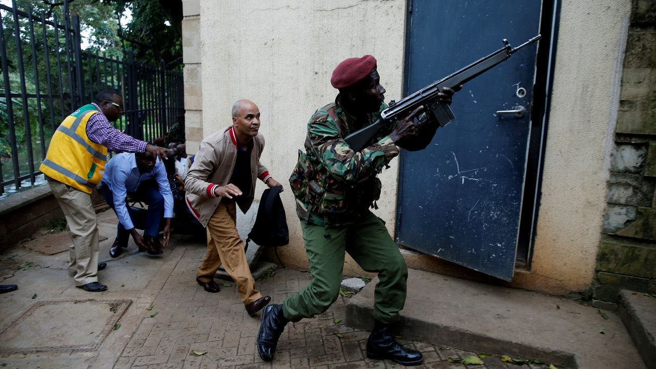 Miembros de las fuerzas de seguridad, en uno de los acceso al edificio