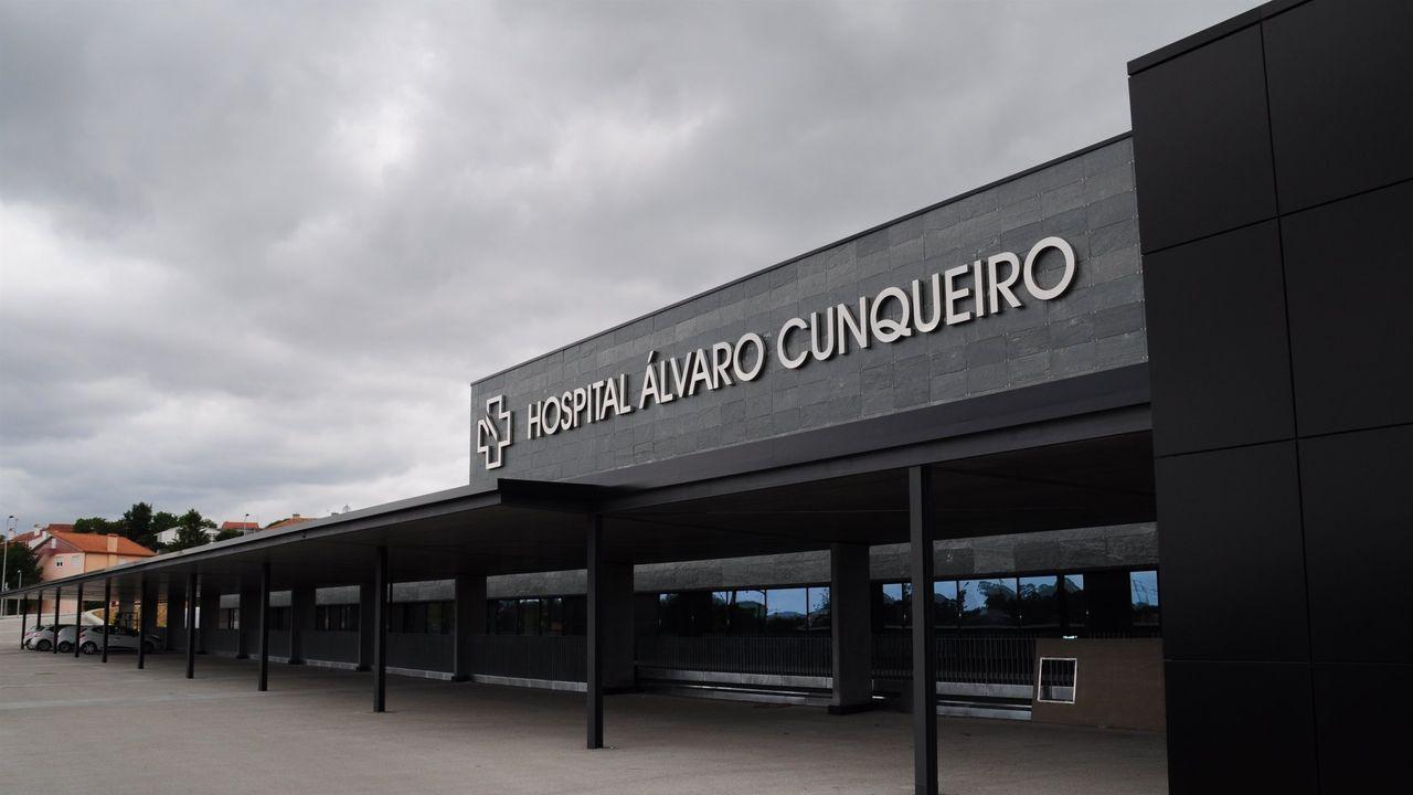 Personal del ambulatorio de Betanzos atendiendo las solicitudes de citas