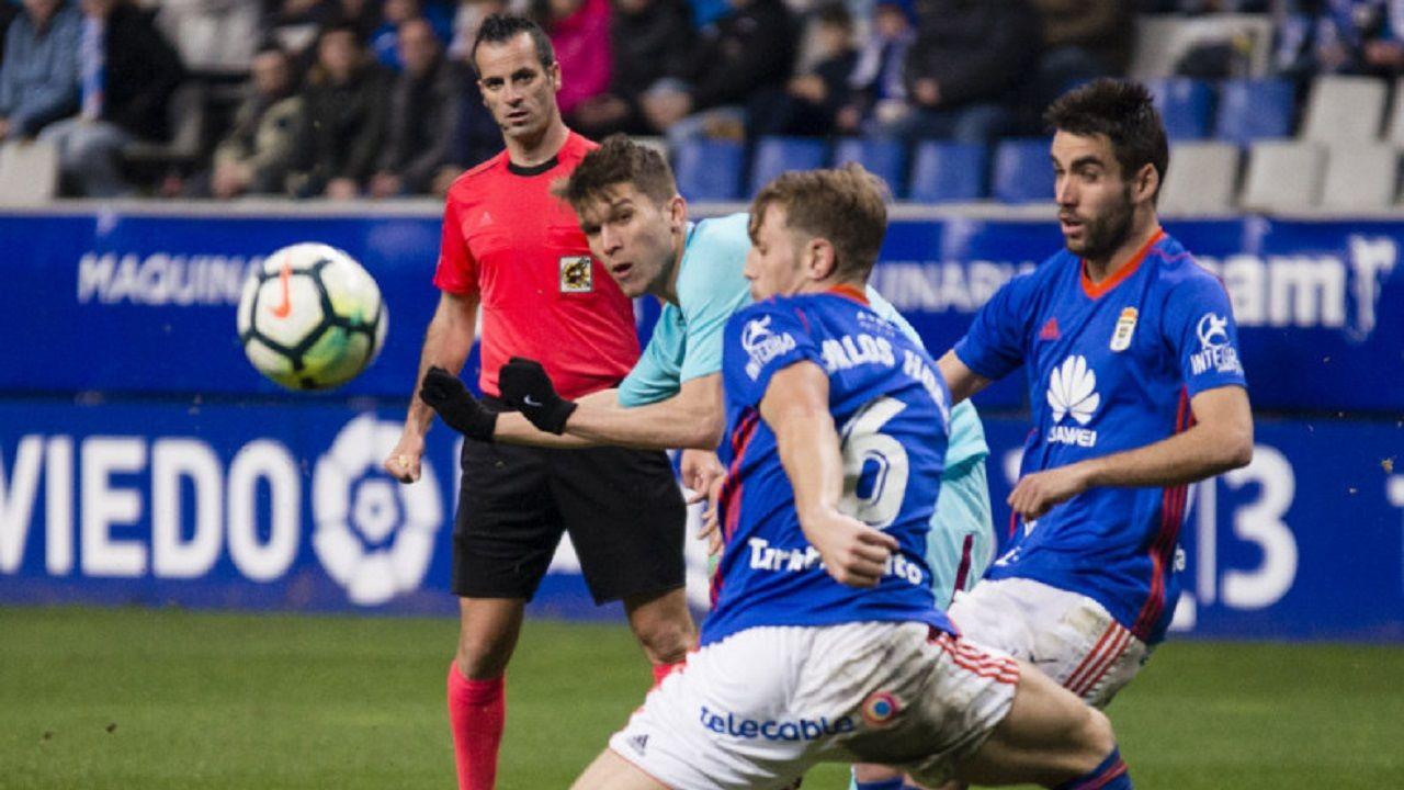Marc Cardona Carlos Hernandez Diegui Johannesson Real Oviedo Barcelona B Carlos Tartiere.Cardona intenta un disparo ante Johannesson y Carlos Hernandez