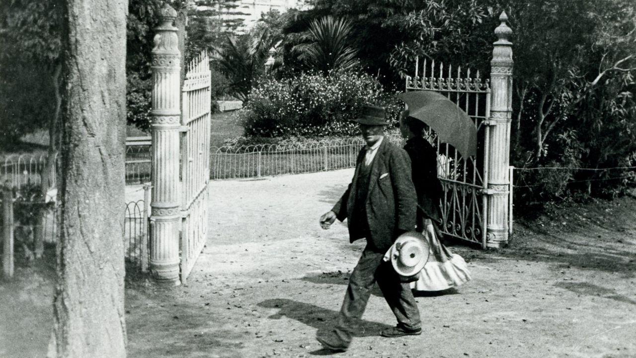 La verja de acceso a los jardines de Méndez Núñez, en A Coruña, a principios del siglo XX, cuyo toque de queda se fijaba con el tañido de una campana